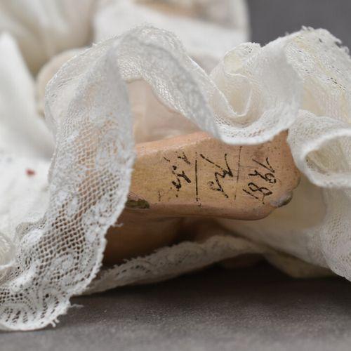 """Poupée tête en porcelaine, corps """"jumeau"""" en composition. Hauteur : 36 cm"""