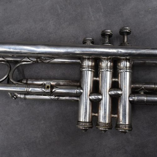 Trompette en argent de marque COUESNON. Longueur totale : 54 cm