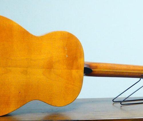 Guitare sèche, acoustique. Paul BEUSCHER. Dimensions hauteur avec manche : 100 c…