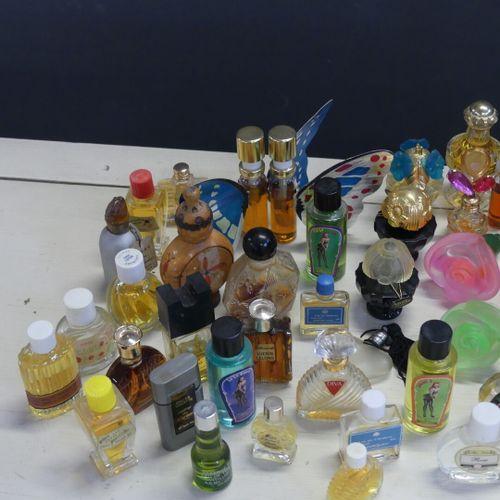 Réunion de miniatures de parfum de diverses marques. Réunion de miniatures de pa…
