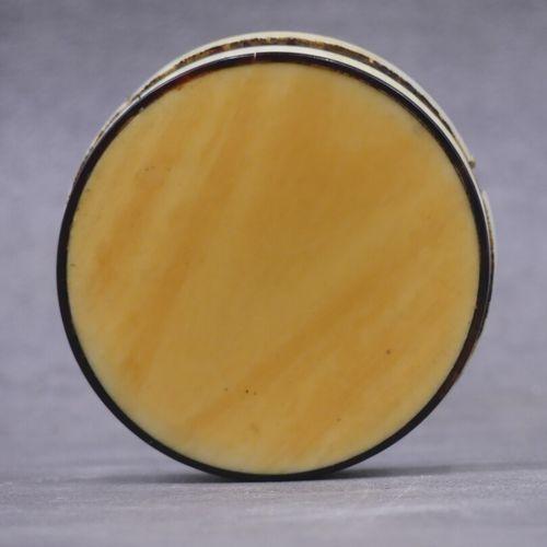 Petite boite ciruclaire en ivoire, intérieur en écail. Couvercle bombé à décor d…