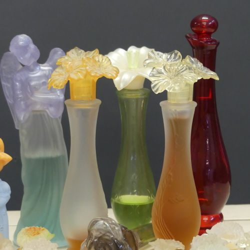 AVON et Pupa. Réunion de quinze miniatures et neuf parfums. AVON et Pupa. Réunio…