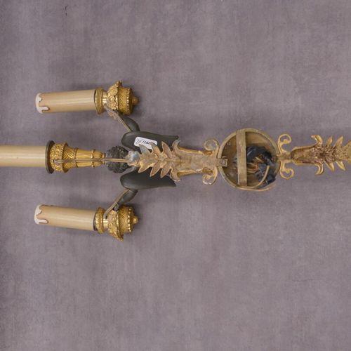 Applique en bronze ciselé doré et patiné d'un angelot éclaitrant par 3 lumières.…