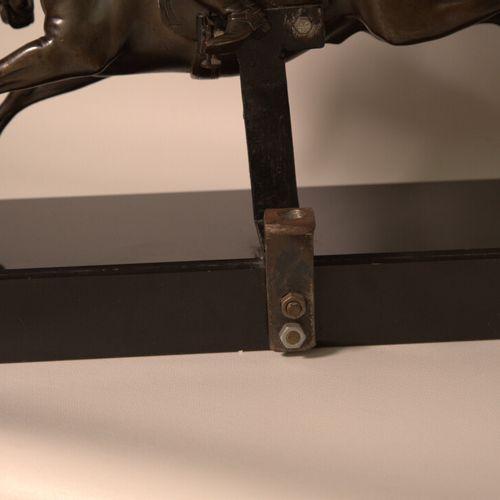 CAVALIER Cavalier en bronze à patine brune, monté en lampe. Fin XIXe siècle. Dim…