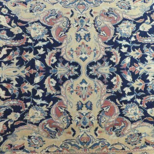 Un tapis en laine et soie Un tapis en laine et soie. Dimensions : 125 x 66 cm