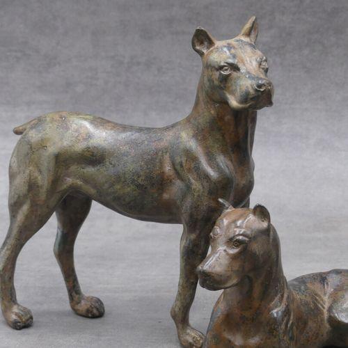 Pierre CHENET, Suite de 3 chiens en bronze. Dimensions à compléter. Chien debout…