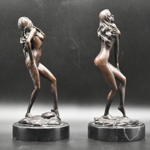 BRONZES Paire de bronzes à patine brune, femme nue, sur socle en marbre. Signée …