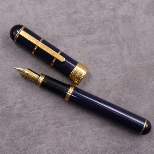 Yves Saint LAURENT YVES SAINT LAURENT. Stylo plume en métal doré et résine bleu …
