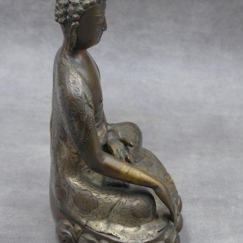 Bouddha, bronze ciselé et doré. Dimensions : 25,5 x 19 x 11 cm.