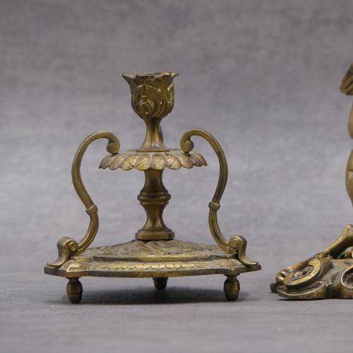 Nécessaire de bureau en bronze doré à décor d'angelots. On joint un petit bougeo…