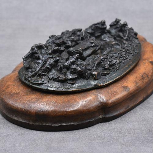 BRONZE, Haut relief Haut relief en bronze à patine brune de personnage aux roche…