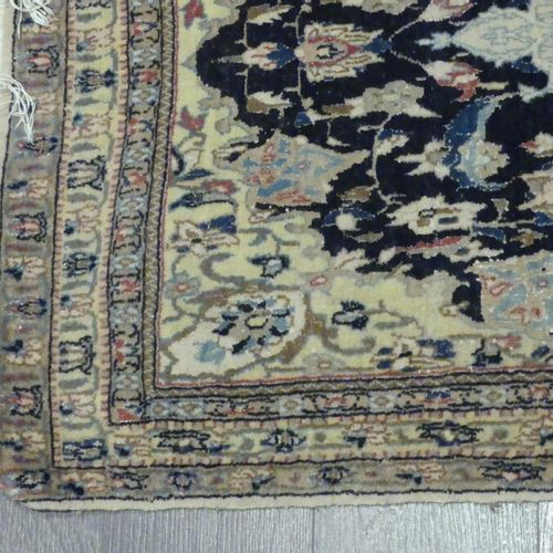 Un tapis en laine et soie à motif central Un tapis en laine et soie à motif cent…