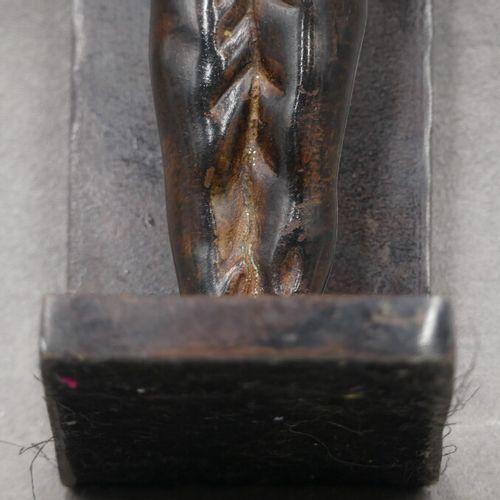 Serre livres en bronze à patine brune Serre livres en bronze à patine brune, à d…