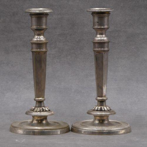 Paire de Flambeaux. Paire de flambeaux à bronze argenté, futs à pans coupés. XIX…
