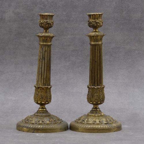 Paire de flambeaux en bronze dorés. Paire de flambeaux en bronze dorés à futs ca…