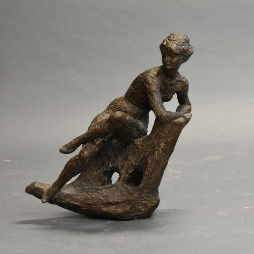 Femme assise Ecole du XXème siècle, Femme assise, épreuve en bronze patiné. Dime…