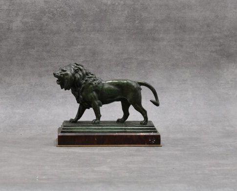 D'apres BARYE, Lion marchant. D'apres BARYE, lion marchant, bronze à patine vert…