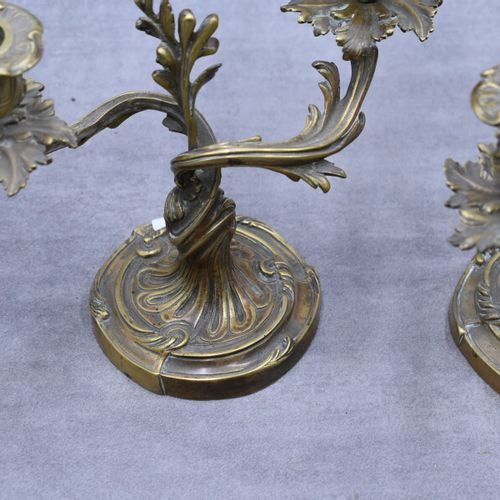 Une paire de chandeliers rocaille en bronze style Louis XV. Une paire de chandel…