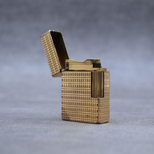DUPONT. Briquet en métal doré. Hauteur : 4.5 cm
