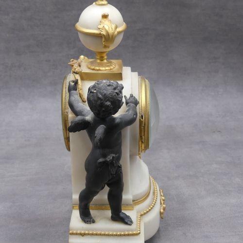 Cartel de cheminée en albatre et ornements en bronze doré à décor d'un angelot. …