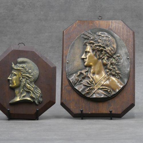 Réunion de deux profils de Marianne en bronze Réunion de deux profils de Mariann…
