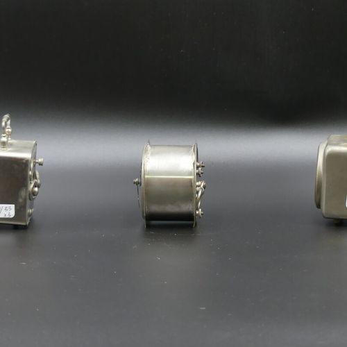 Trois pendulettes de voyage Trois réveils, pendulette de voyage en métal argenté…