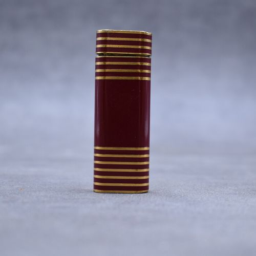 CARTIER. Briquet en méatl laqué rouge. Hauteur : 7 cm