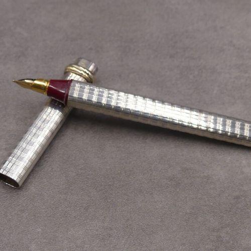 Must de CARTIER. Stylo plume en métal argenté guilloché.