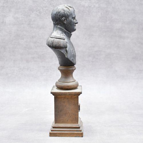 BUSTE Buste de l'empereur Napoléon premier en fonte. Hauteur: 29cm.