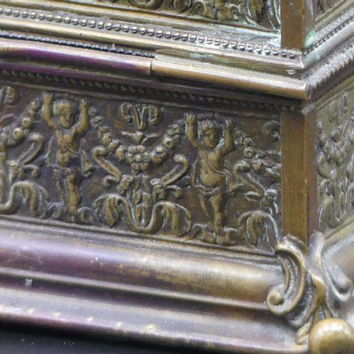 Boîte quandrangulaire en laiton Boîte quandrangulaire en laiton à décor de femme…