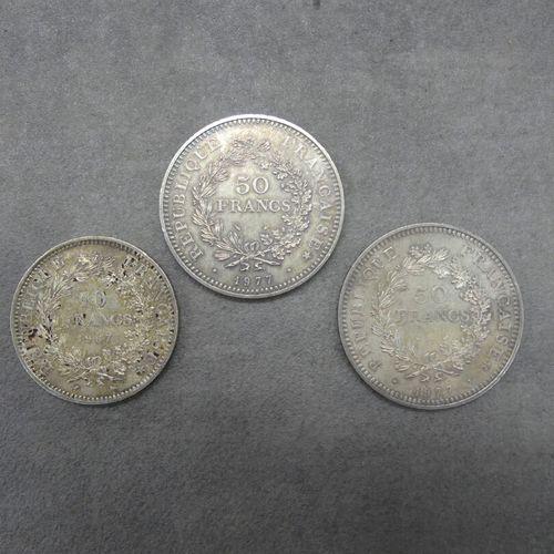 Réunion de trois pièces en argent: 10 francs 1967 et deux pièces de 50 francs 19…