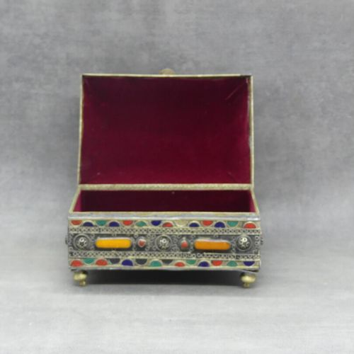 Coffret Coffret en métal à couvercle à décor filigrané e à décor géométrique rou…
