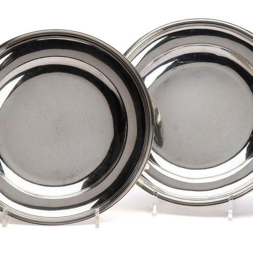 Two silver round deep dishes Deux plats ronds profonds en argent, Rond uni avec …