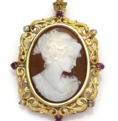 An 18k gold cameo brooch / pendant Broche / pendentif camée en or 18k, serti d'u…