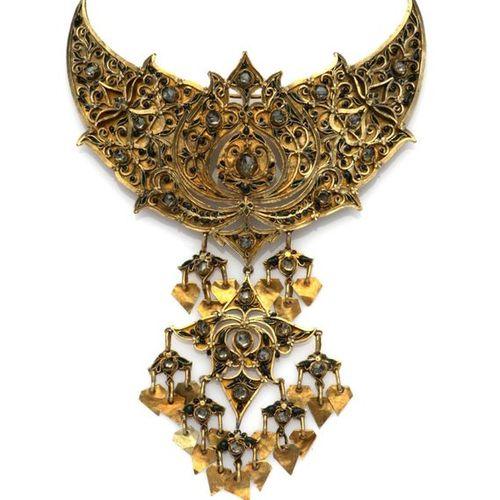 An Oriental 14k gold brooch ornament Ornement de broche en or oriental 14k, La p…