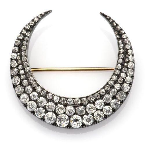 An antique 14k gold and silver diamond crescent brooch Une broche antique en or …