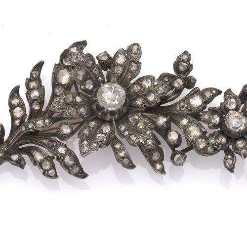 A 14k gold and silver diamond flower brooch Une broche de fleurs en or 14k et di…