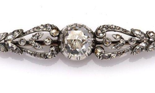 A 14k gold and silver diamond brooch Broche en or 14k et diamants argentés, La b…