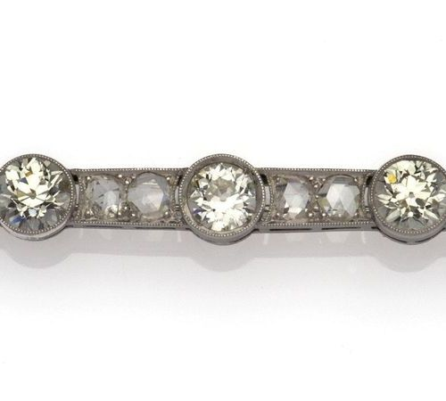 A 14k gold diamond brooch Une broche en or 14k, sertie de deux diamants latéraux…