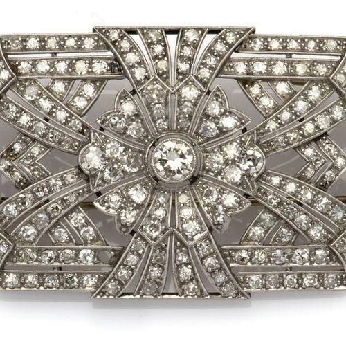 An Art Deco diamond brooch Une broche Art Déco en diamant, La broche octogonale …