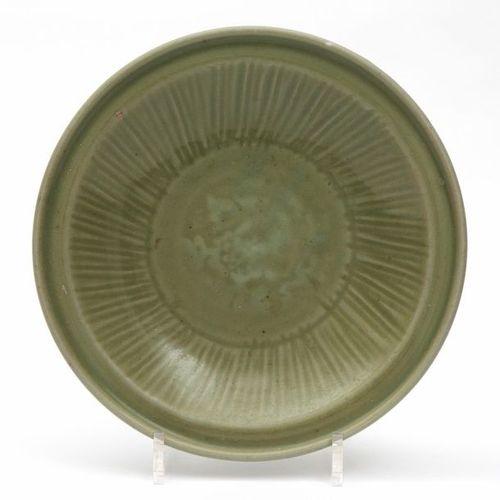 A Longquan celadon plate Assiette en céladon de Longquan, dynastie Ming, vers le…