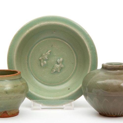 Three small pieces of old celadon pottery Trois petites pièces de poterie célado…