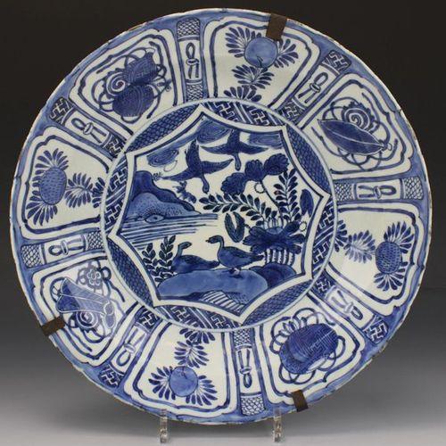 A Blue and white Kraak charger Un chargeur Kraak bleu et blanc, période Wanli, 1…