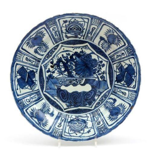 A large Kraak blue and white plate Une grande assiette Kraak bleu et blanc, péri…