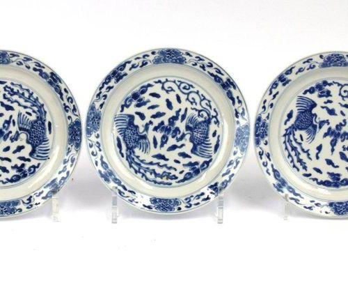 Three small size blue and white plates. Trois plaques bleues et blanches de peti…