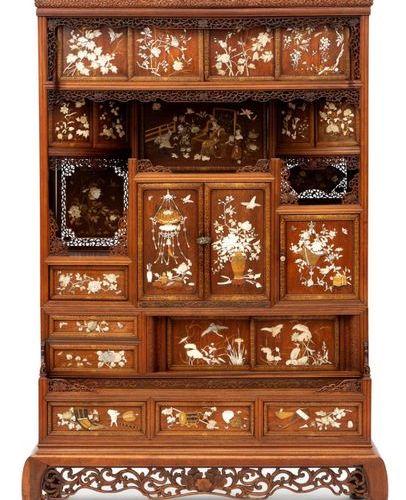 A Shibayama inlaid wood cabinet Cabinet en bois incrusté de Shibayama, époque Me…