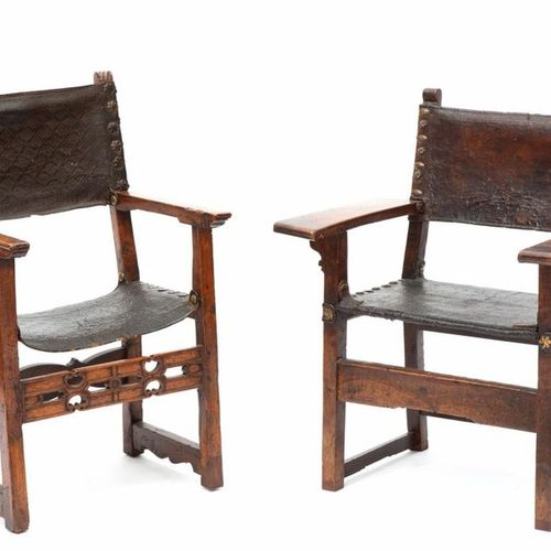 Two Spanish brass mounted walnut and tooled brown leather armchairs Deux fauteui…