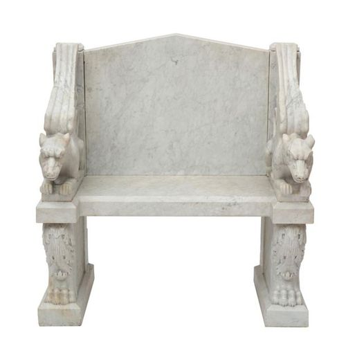 A carved white marble throne chair, of classical style Chaise de trône en marbre…