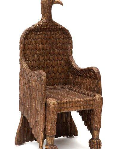 A carved giltwood eagle shaped throne chair Chaise de trône en bois doré sculpté…