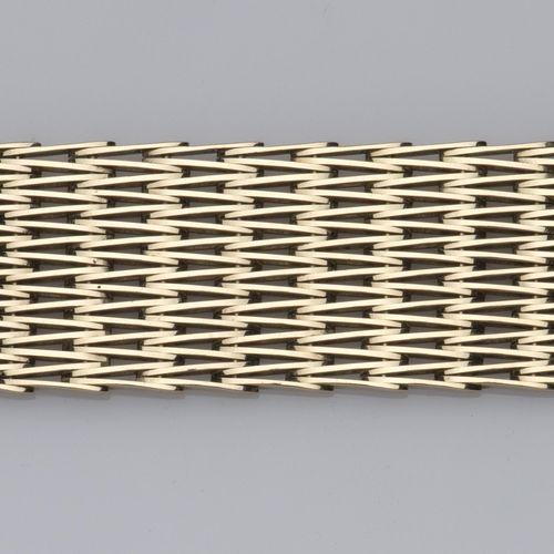A 14k gold bracelet Bracelet en or 14k, composé de multiples rangs de maillons e…